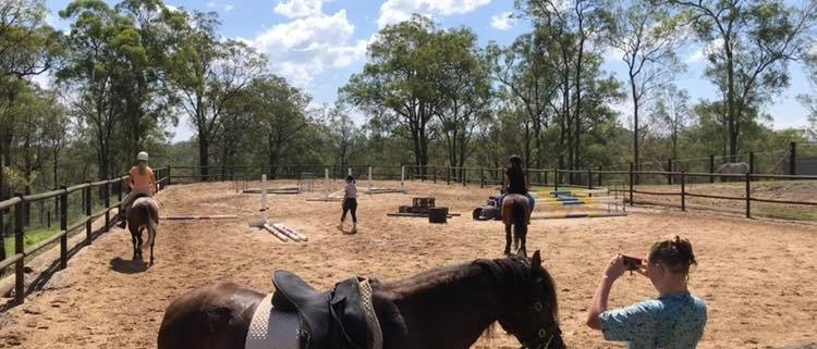 Super coach Tamara Dover giving a great jumping lesson under a hot sun!